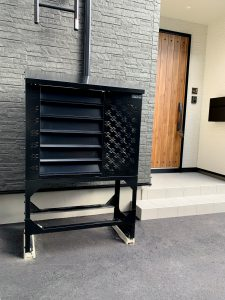 2021年4月 エアコン等室外機カバーヴェルアート(ブラック) 設置事例 札幌市 某邸-1
