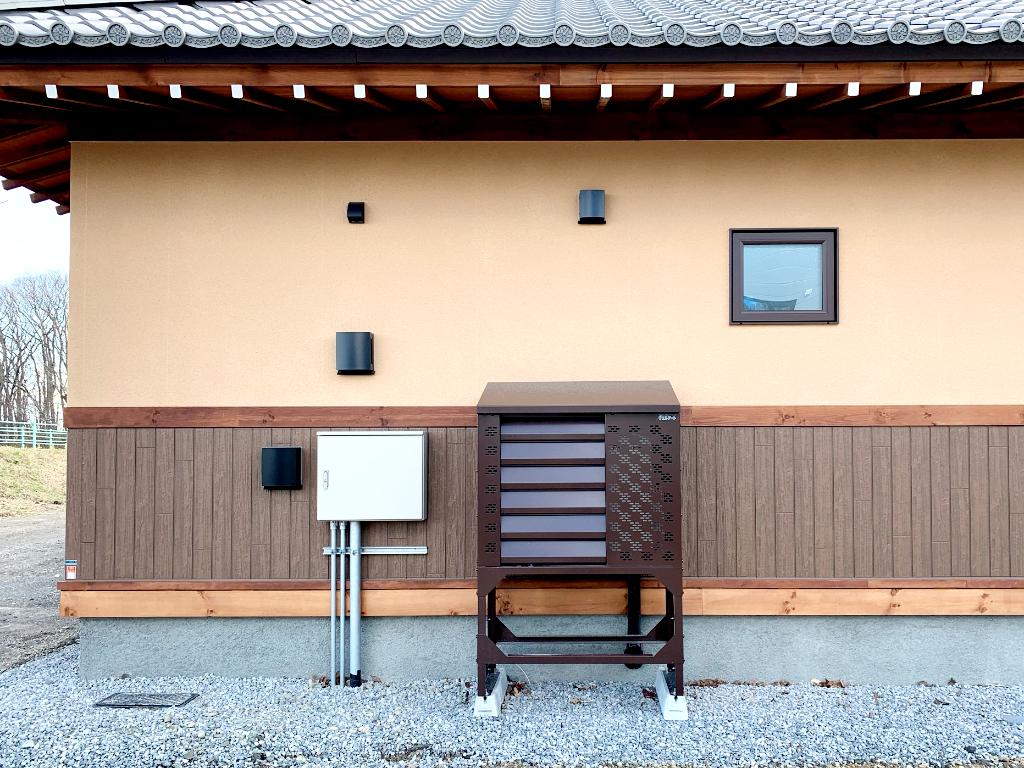 2021年4月 エアコン等室外機カバーヴェルアート(ブラウン) 設置事例 北広島市 某邸-4