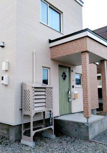 2021年 エアコン等室外機カバーヴェルアート(ダークベージュ) 設置事例 札幌市 某邸-1