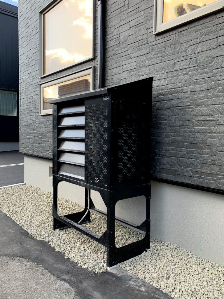 2021年4月 エアコン等室外機カバーヴェルアート(ブラック) 設置事例 札幌市 某邸-2