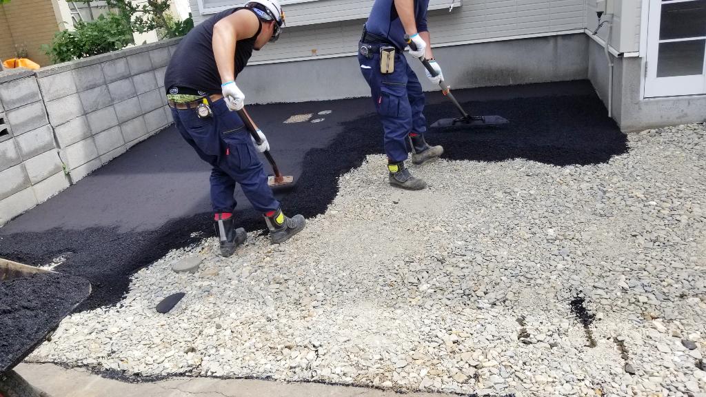 2021年6月施工 札幌市東区 Eアパート様 融雪王HS-2200設置工事およびアスファルト補修工事-施工中 アスファルト敷設