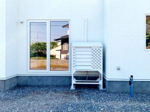 2021年6月設置 北海道 某物件 室外機カバーユニットヴェルアート(ホワイト)