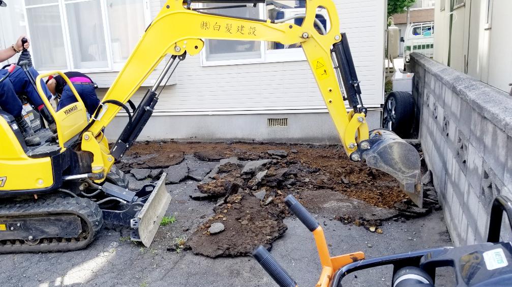 2021年6月施工 札幌市東区 Eアパート様 融雪王HS-2200設置工事およびアスファルト補修工事-施工中 アスファルト剥ぎ取り
