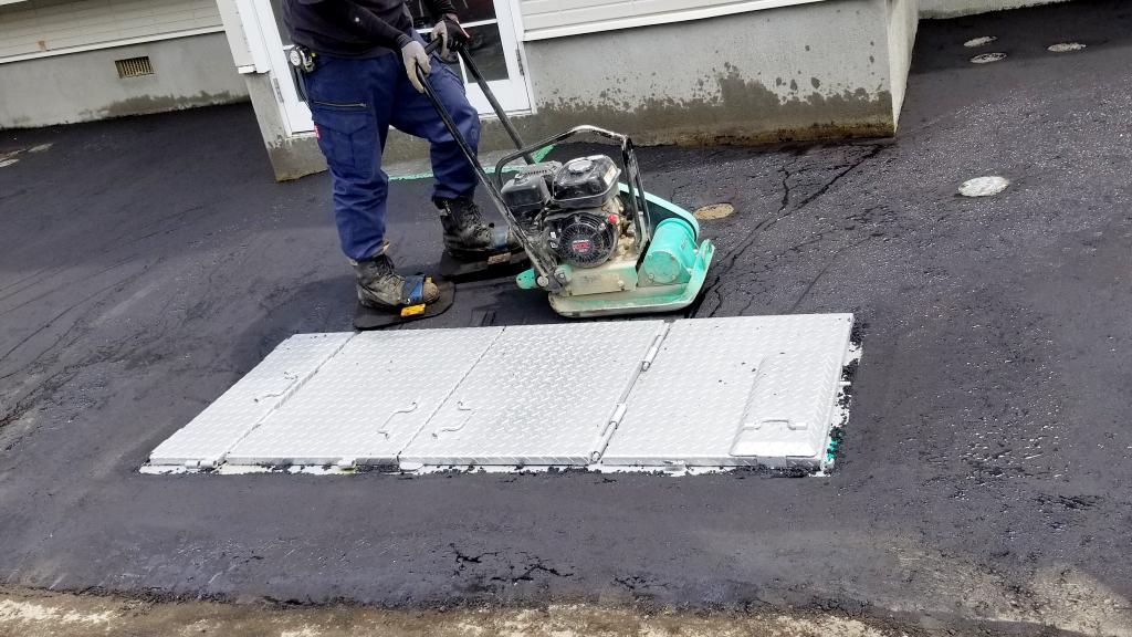 2021年6月施工 札幌市東区 Eアパート様 融雪王HS-2200設置工事およびアスファルト補修工事-施工中 アスファルト転圧2