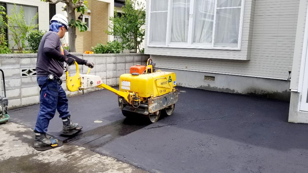 2021年6月施工 札幌市東区 Eアパート様 融雪王HS-2200設置工事およびアスファルト補修工事-施工中 アスファルト転圧