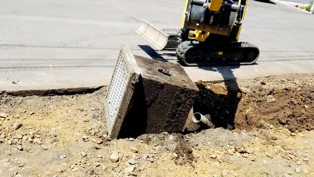 2021年6月施工 札幌市東区 Eアパート様 融雪王HS-2200設置工事およびアスファルト補修工事-施工中 角枡撤去