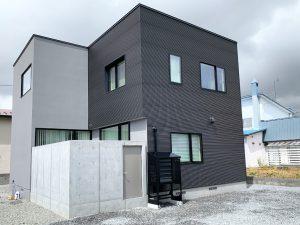 2021年7月設置 岩見沢市 O様邸 室外機カバー「ヴェルアート」-設置例8